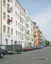 Straße mit Blockrandbebauung