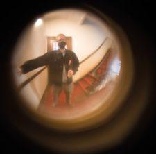 Blick durch den Türspion