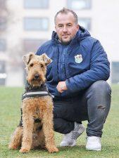 Schädlingsbekämpfer Adam Tesmer mit seinem auf Bettwanzen trainierten Spürhund Taylor