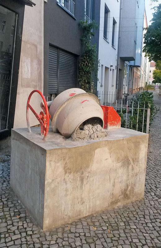 Betonmischer einbetoniert in Betonblock