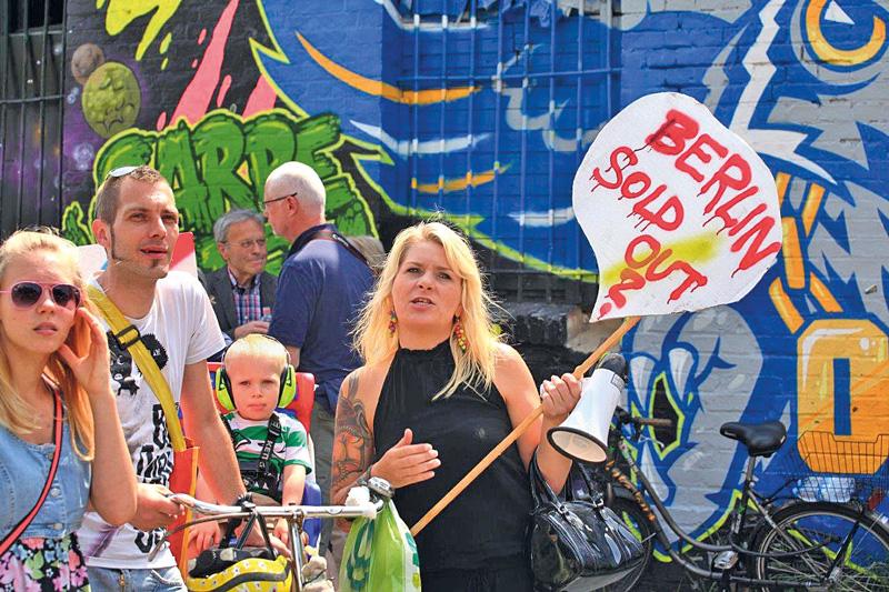 Demonstranten mit Plakat: Berlin sold out?
