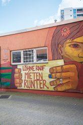 Graffito: Löhne rauf, Mieten runter