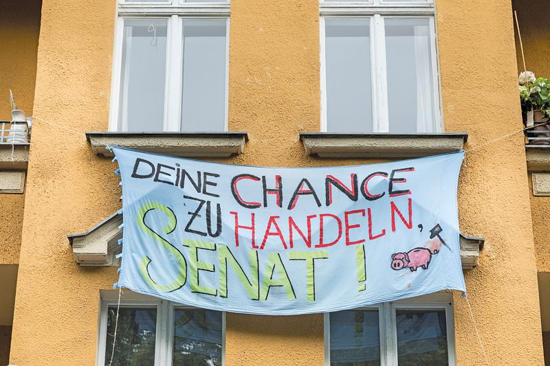 Plakat an der Fassade: ,Chance zu handeln'