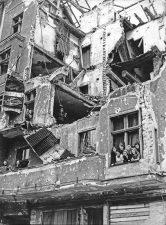 Bewohner im Nachkriegs-Trümmerhaus