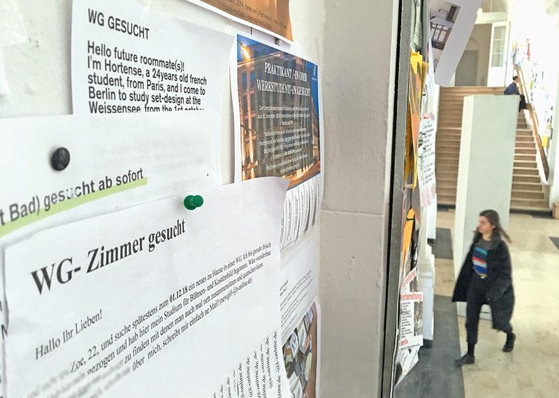 Schwarzes Brett mit Zettel: WG-Zimmer gesucht