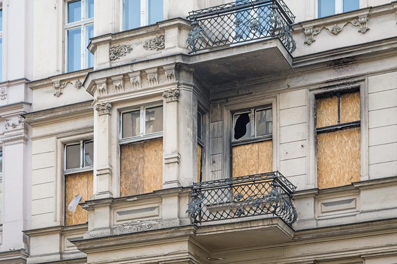 Mit Spanplatten gesicherte Fenster