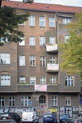 Boddinstraße 20 mit Protestplakaten