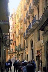 Gasse mit Wohngebäuden in Barcelona