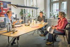 Sozialsenatorin Elke Breitenbach im Gespräch mit MieterMagazin-Autorin Rosemarie Mieder