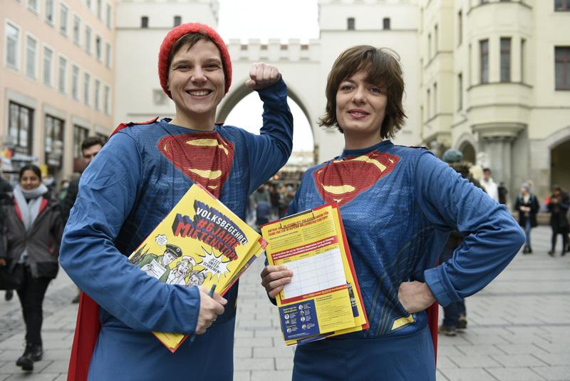 Unterschriftensammler im Superman-Kostüm