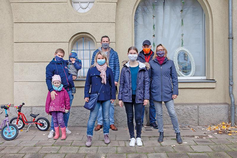 Gruppe von Mietern vor dem Haus