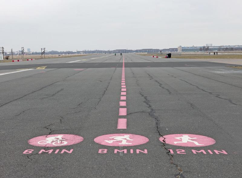 Laufmarkierungen auf der ehemaligen Landebahn