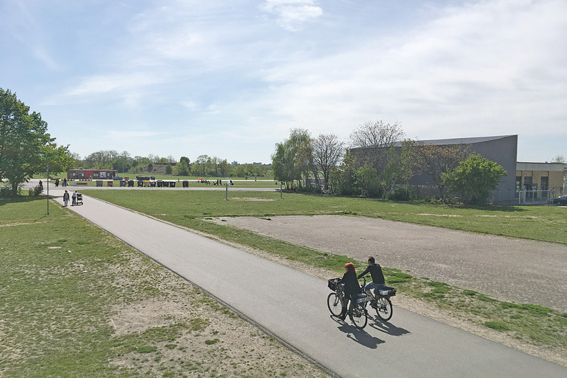 Zwei Radfahrer auf dem Tempelhofer Feld