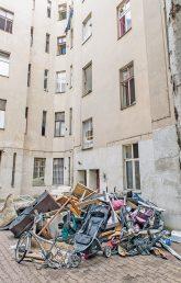 Zugemüllter Hof einer Problemimmobilie in der Kameruner Straße