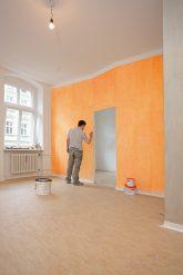 Malerarbeiten in einer leeren Wohnung