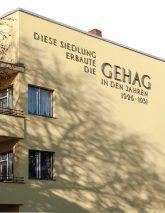Fassadenhinweis auf die GEHAG und die Bauzeit