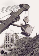 Abrissbagger und Trümmer