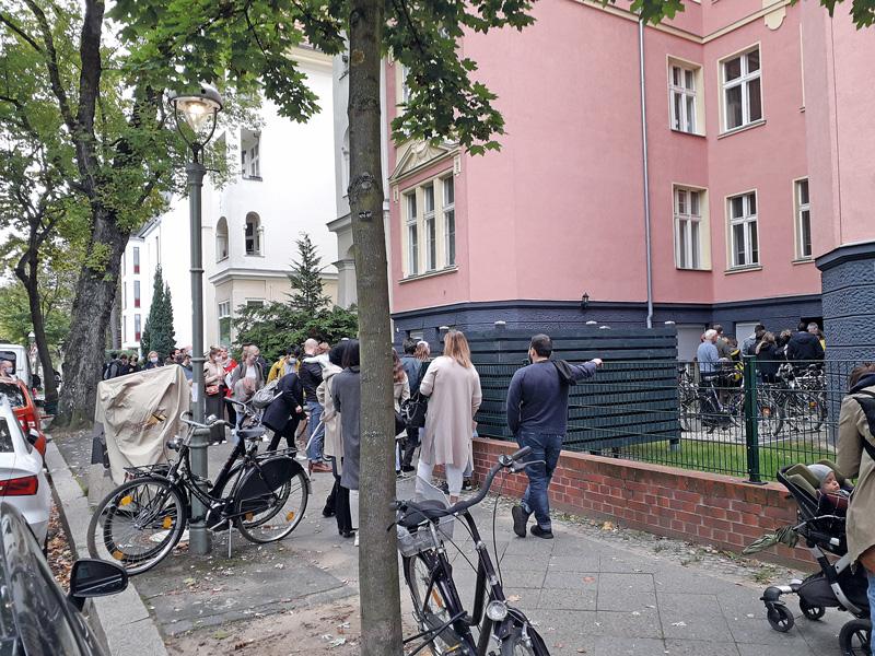 Menschenschlange bei einer Wohnungsofferte der ,Stadthaus'