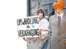 Protest mit Plakat: Umwandlung = Verdrängung