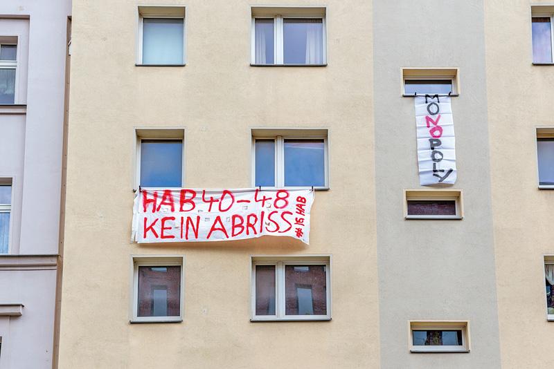 Protestbanner gegen Abriss im Fenster