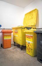 Gelbe und orangene Mülltonnen
