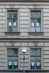 Protesthände am Fenster