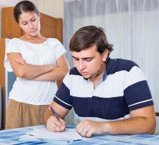 Paar beim Ausfüllen von Formularen