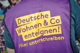 Weste mit Schriftzug ,Deutsche Wohnen enteignen'