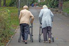 Zwei Seniorinnen mit Rollatoren