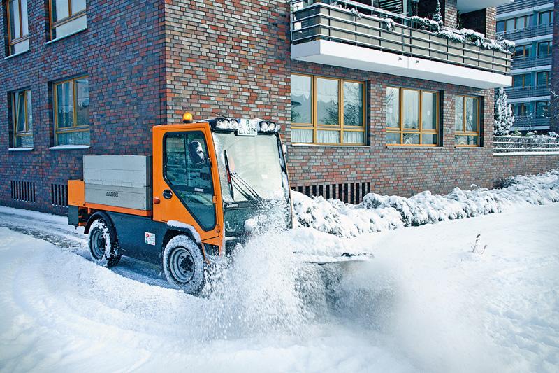 Kleines Räumfahrzeug bei der Schneebeseitigung