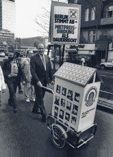 Walter Momper demonstriert für die Mietpreisbindung