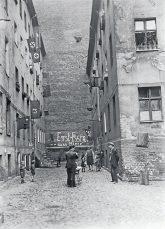 Innenhof 1930er Jahre mit Parole: Erst Essen, dann Miete