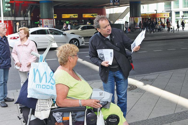 BMV-Geschäftsführer Wild beim Informieren und Unterschriftensammeln