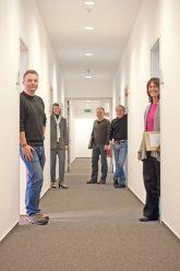 BMV-Mitarbeiter im Flur der Geschäftsstelle