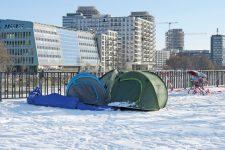 Obdachlosenzelte vor einem Neubau