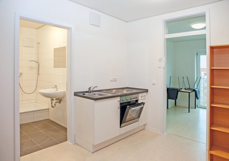 Wohnung mit Küchenzeile, Bad und Wohnraum