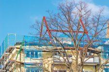 Eingerüstetes Wohnhaus ohne Dacheindeckung
