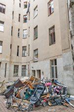 Müllhaufen vor einem ,Geisterhaus'