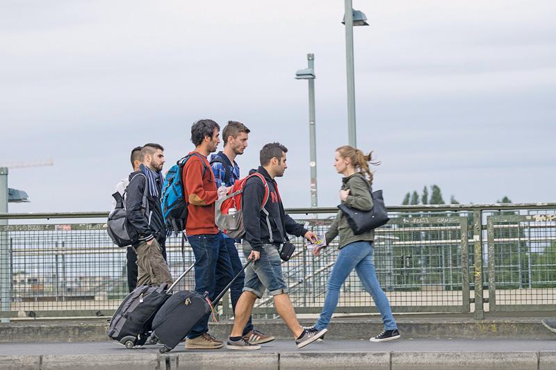 Junge Leute mit Rollkoffern