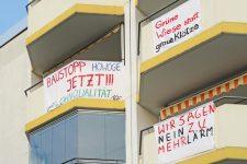 Protestbanner an den Balkonen