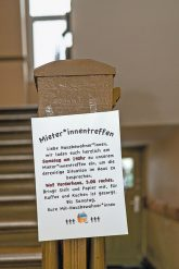 Einladungsschreiben im Treppenhaus