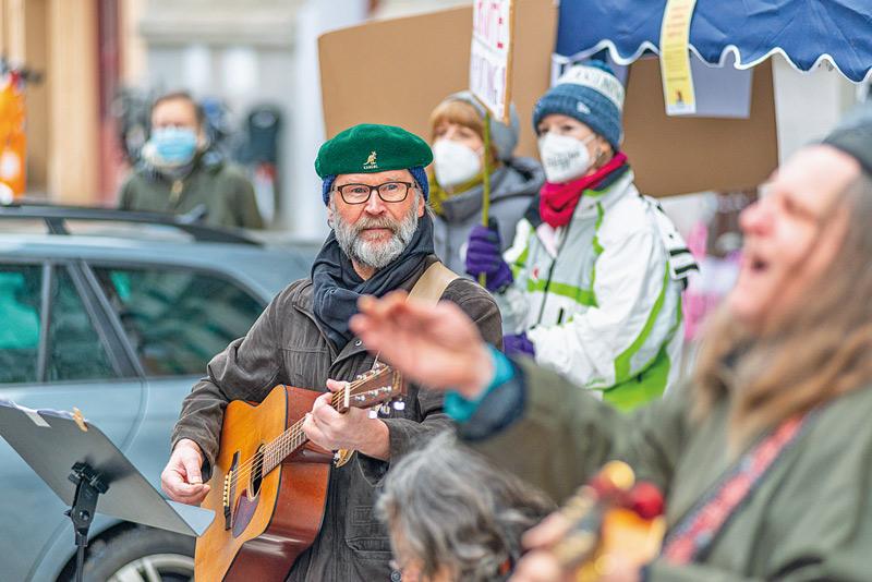 Protestveranstaltung mit Straßenmusikern
