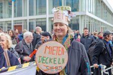 Demonstrantin mit Schild Mieten-deckeln