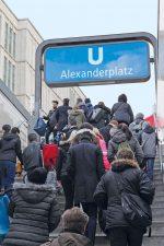 Fahrgäste am U-Bahnhof Alexanderplatz