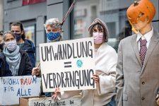 Protestierende mit Plakat: Umwandlung = Verdrängung