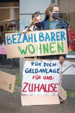 Demonstranten mit Protestplakaten