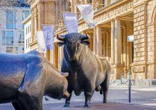 Frankfurter Börse mit den Aktienmarkt-Symbolen Bär und Bulle