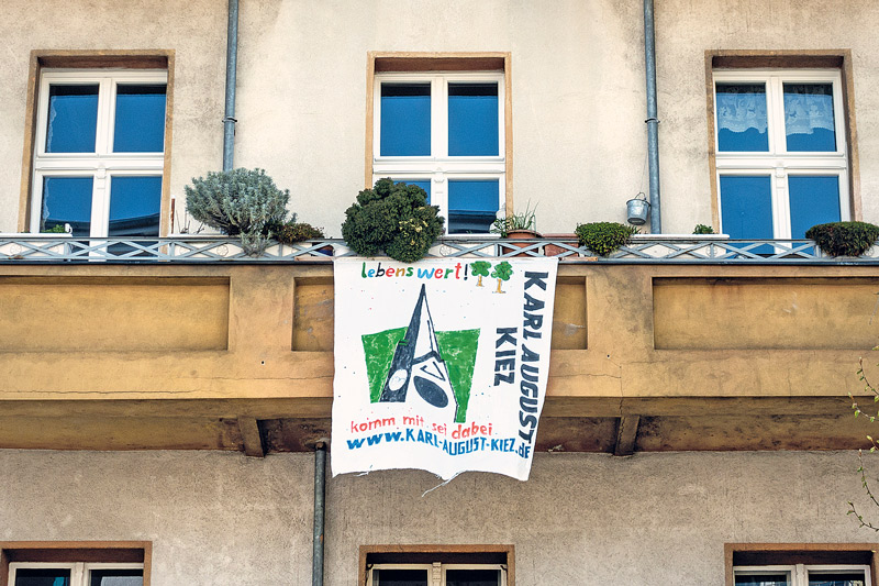 Karl-August-Kiez-Banner am Balkon