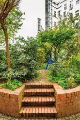 Begrünter Innenhof mit Treppe