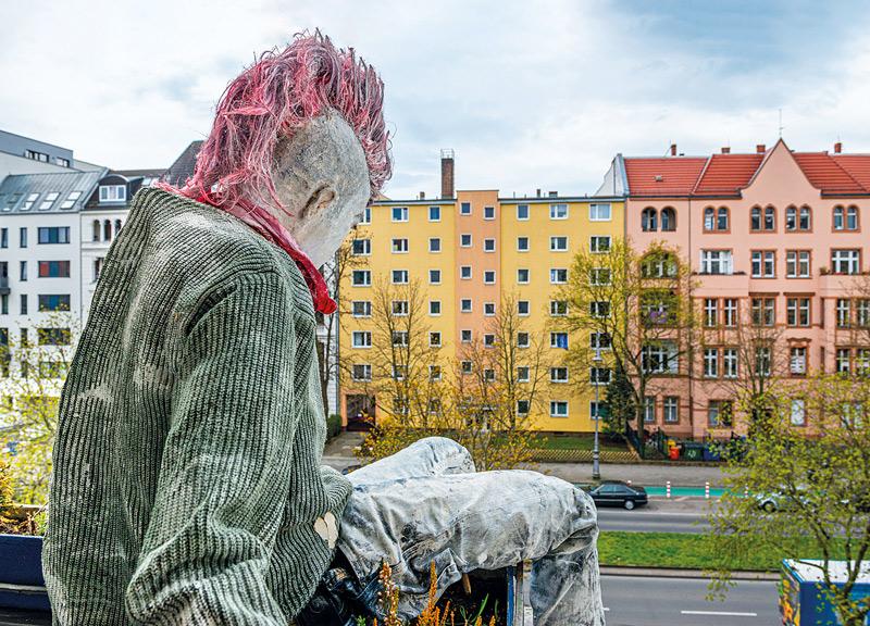 Punkfigur auf dem Balkon